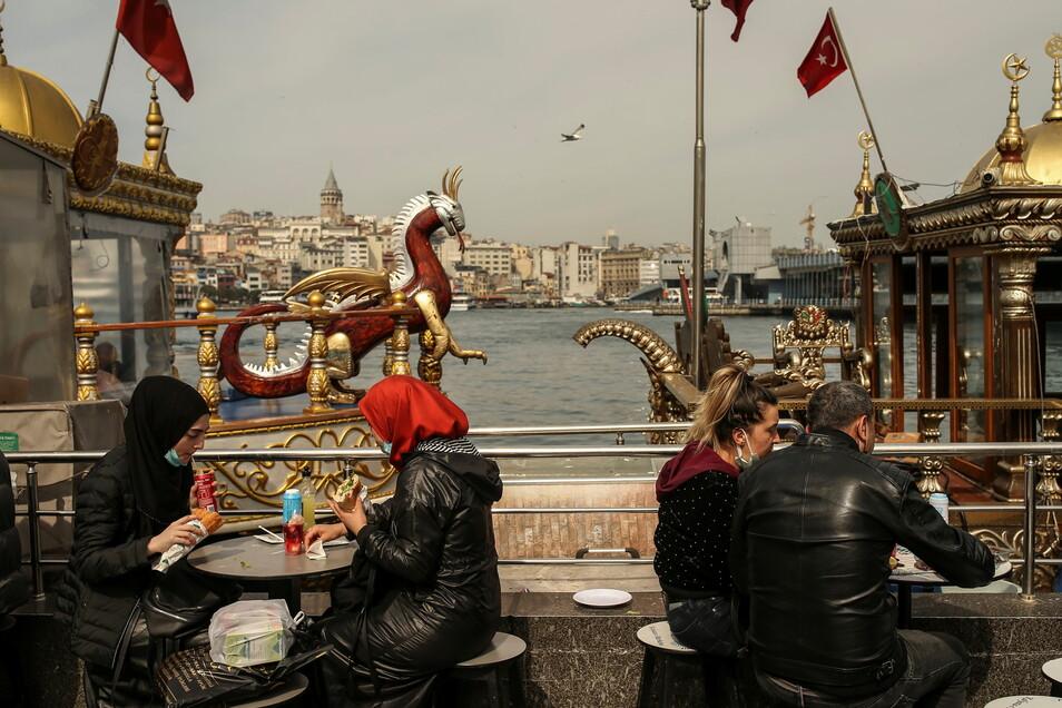 Bis vor wenigen tagen noch konnten die Menschen in Istanbul am Ufer vom Goldenen Horn auf dem Eminonu Markt Essen gehen. Inzwischen wurden die Lockerungen wieder zurückgenommen.
