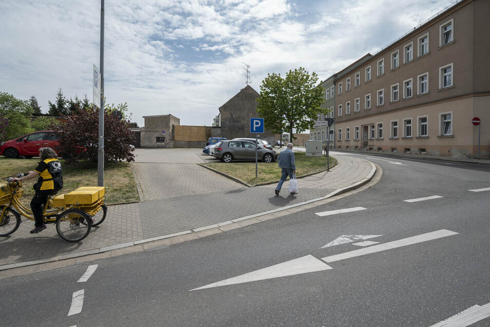 Die Einmündung von der Dr.-Külz-Straße in die Poppitzer Straße in Riesa. Auf den Brachflächen links der Poppitzer Straße will eine Projektentwicklungsgesellschaft einen Markt ansiedeln.