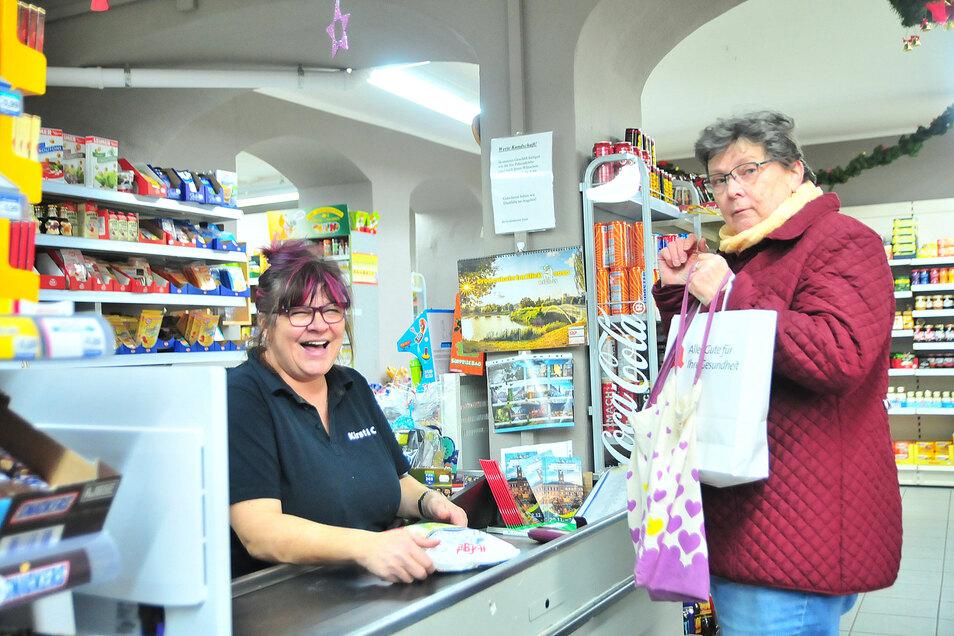 Es bleibt immer Zeit für einen kleinen Schwatz: Im Großenhainer Kulteinkaufsladen Kirst & Co. nehmen sich die Verkäuferinnen wie Birgit Wiesner immer Zeit, mit den Kunden ins Gespräch zu kommen. Auch Uschi Biele freut sich darüber.