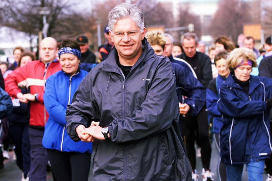 Auch nach seiner Herztransplantation nutzte Hartwig Gauder seine Popularität, um für Organspende zu werben - und fürs Walking wie hier 2002 in Dresden.