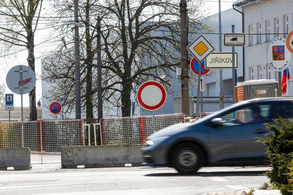 Die geschlossene Grenze am Übergang in der Bahnhofstraße Ebersbach.