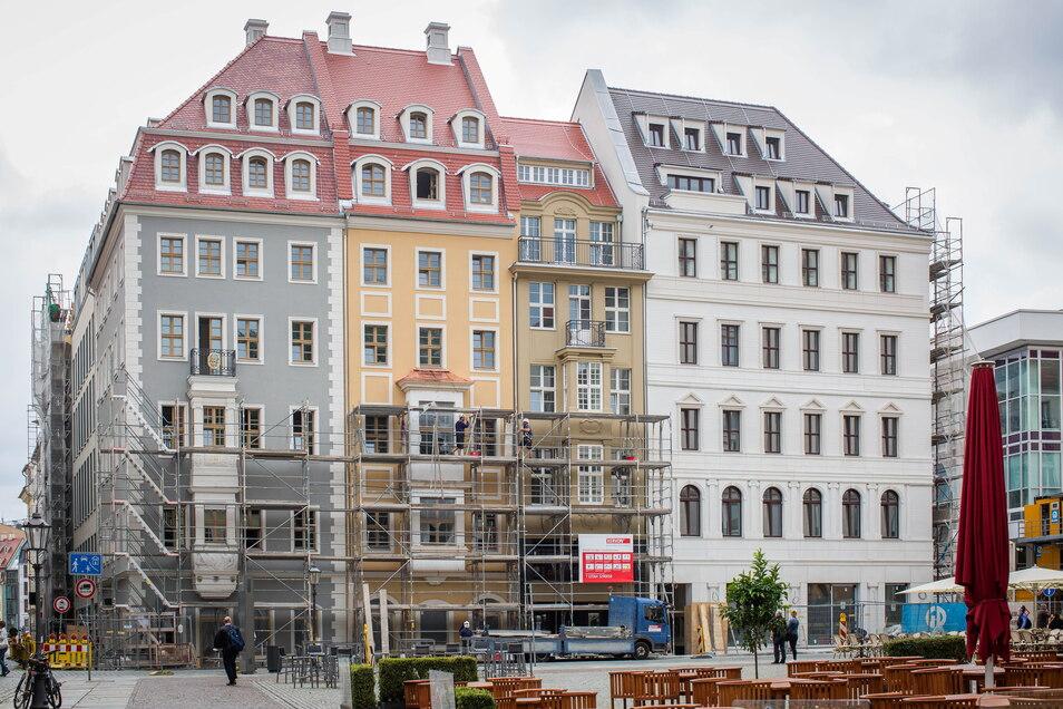 Am Schlosseck fallen die ersten Gerüste zur Schloßstraße. Links ist das Fürstliche Haus mit den Leitfassaden zu sehen.