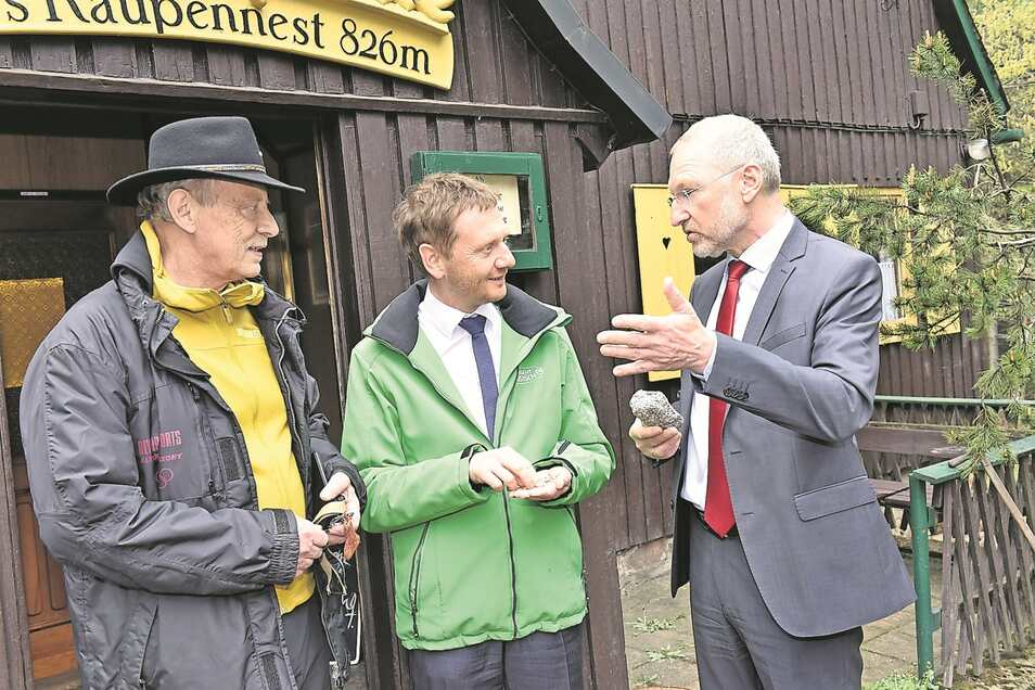 Kleiner Stein, größeres Problem: Lithium-Chef Armin Müller (re.) und Bürgermeister Thomas Kirsten (li.) hoffen auf Unterstützung von Ministerpräsident Michael Kretschmer.