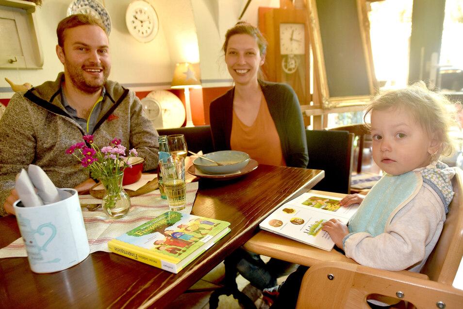 Falko und Stefanie Hülle aus Oybin kamen mit ihrer Tochter Mathilda zum ersten Mal zum Mittagessen in die Seeger Schänke Zittau.