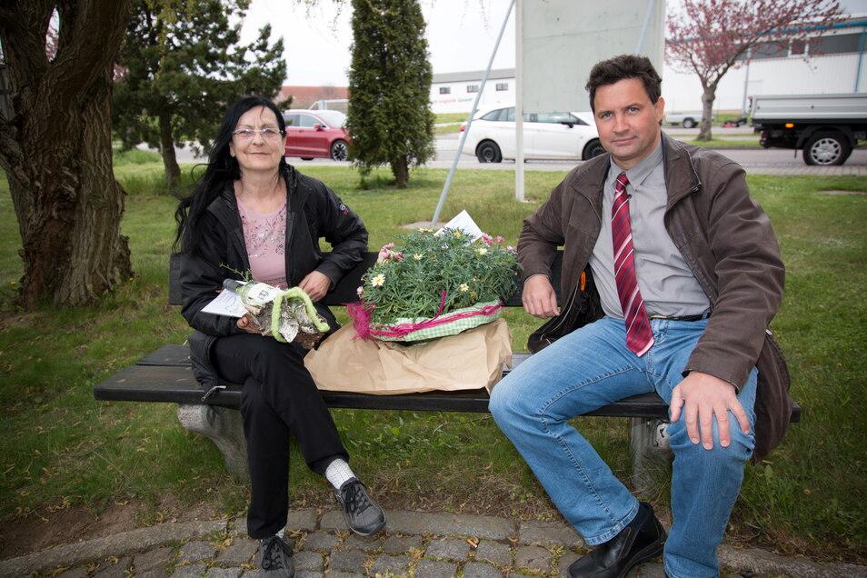 Leisnigs Bürgermeister Tobias Goth bedankt sich bei Carmen Erler für deren zuverlässige Arbeit als Kassenleiterin und wünscht ihr alles Gute.