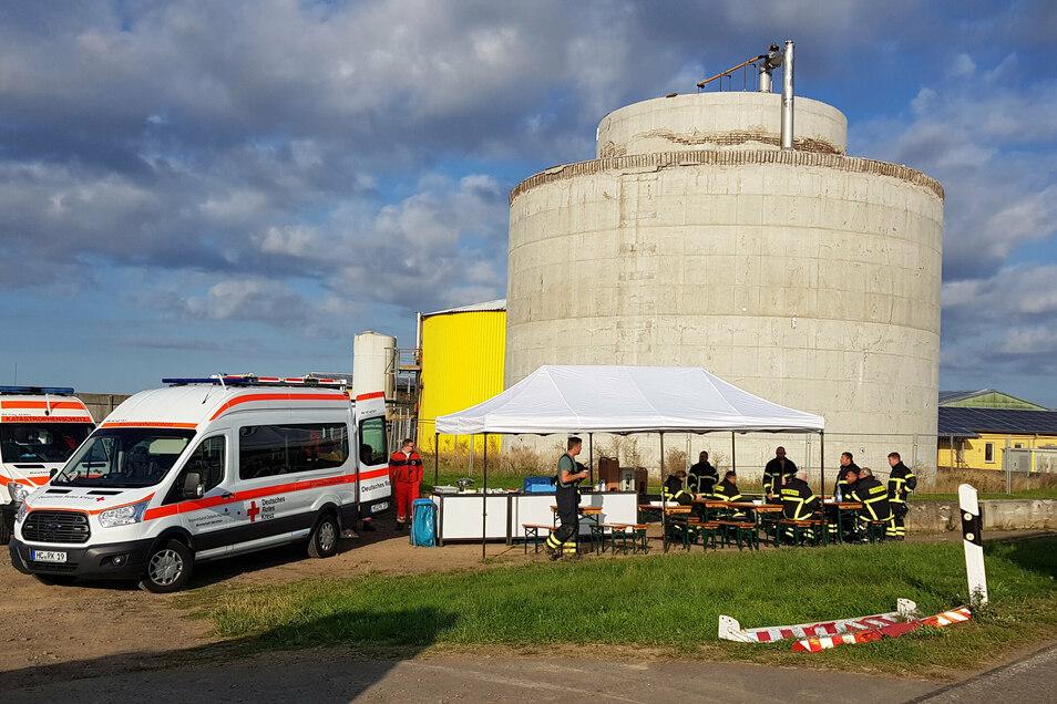 Vier Helfer des Kreisverbandes Döbeln-Hainichen des Deutschen Roten Kreuzes waren am Freitagvormittag vor Ort. Sie hatten eine Stärkung für die Kameraden dabei.