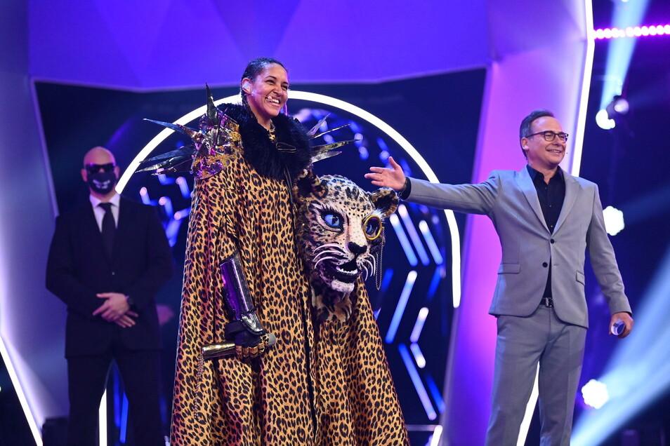 Die Sängerin Cassandra Steen (M) lüftet im Finale das Geheimnis, dass sie im Kostüm des Leopards steckt.