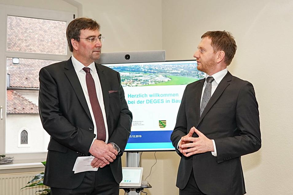 Im Dezember 2019 ging das noch ohne Mund-Nasen-Schutz: Deges-Bereichsleiter Michael Ditter und Sachsens Ministerpräsident Michael Kretschmer freuen sich über die Eröffnung des Bautzener Büros.