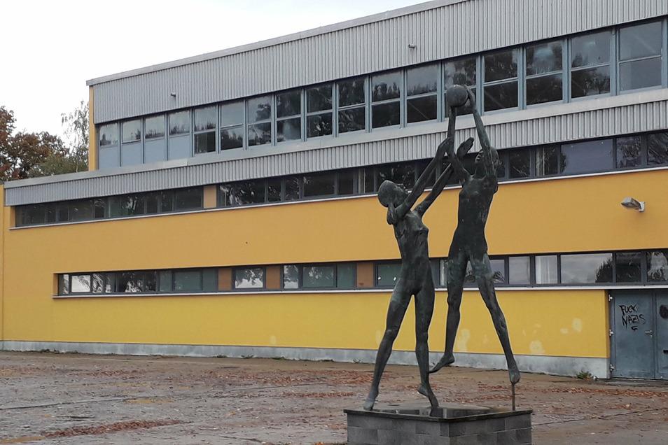 Noch steht die alte Sport- und Schwimmhalle am Eichenhain. Wäre dieser Standort nicht für einen Schulneubau geeignet?