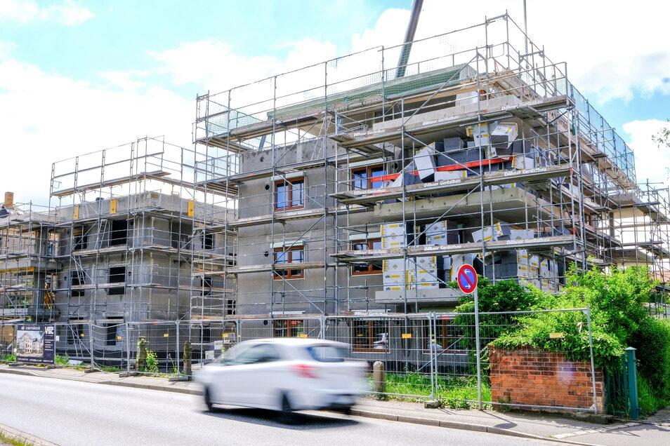 """Die neuen Wohnhäuser befinden sich derzeit im Rohbau. Sie werden aus vorgefertigten Massivwänden zusammengebaut - von """"Lego für Große"""" spricht der Bauherr."""