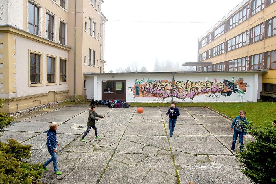 Die Seifhennersdorfer Oberschule hätte eine Komplettsanierung nötig. Dafür gibt es bisher kein Geld. Deshalb renoviert die Stadt selber stückweise - derzeit die Toiletten.