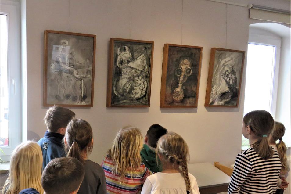 Schüler der Grundschule Oelsa sind von den Zeichnungen Armin Münchs im Stuhlbaumuseum Rabenau beeindruckt.