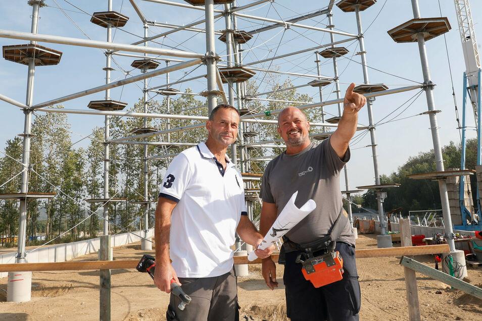 Holm Rönitz (links), der den Hochseilgarten und Golfplatz künftig betreuen wird, lässt sich von Thomas Murböck von der Firma KristallTurm die Dimensionen des Projekts zeigen.