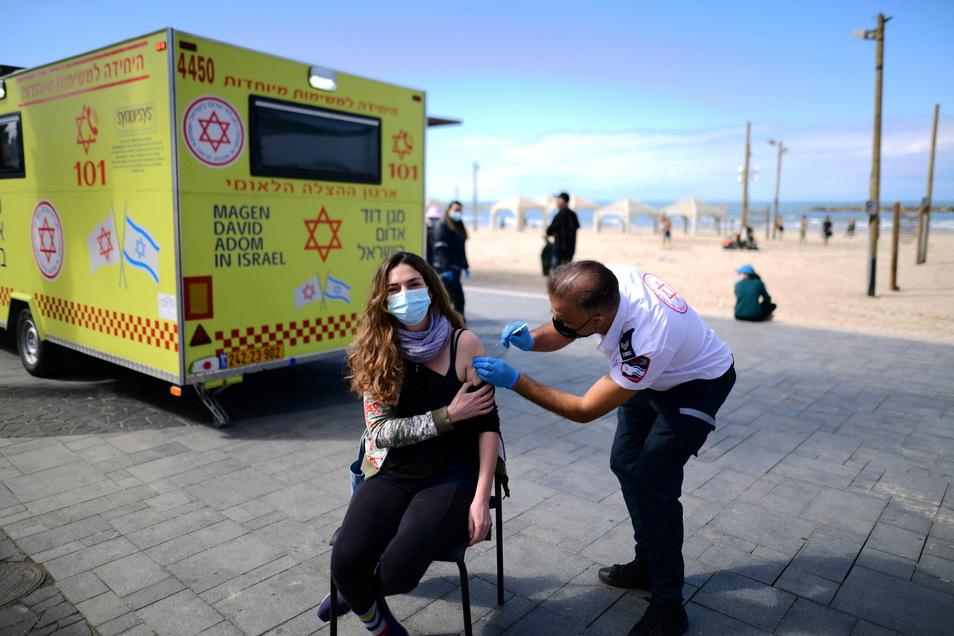 """Geimpft wird man in Israel an den verschiedensten Orten - sogar am Strand wie hier in Tel Aviv. Geimpfte mit """"Grünem Pass"""" dürfen zum Beispiel wieder ins Theater oder in die Schwimmhalle."""