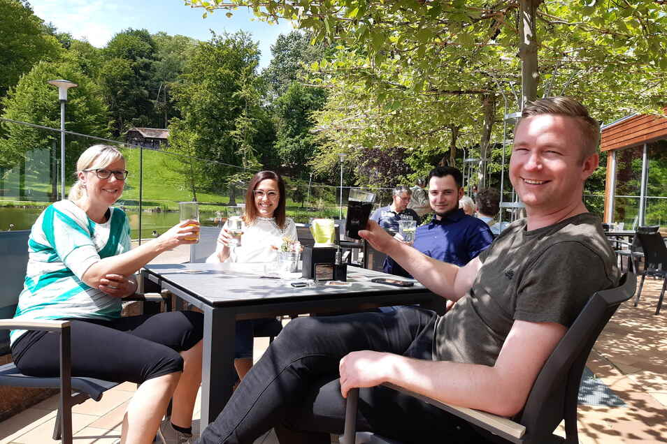 Sylvia Schuster (von links), Jasmin Seidel, Mathias Stiebinger und Benjamin Schäfer nutzen den Außenbereich im Bürgergarten Döbeln zu einer dienstlichen Besprechung.