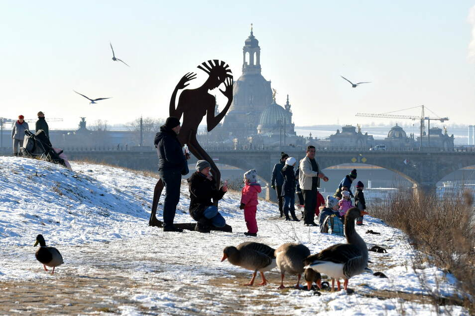 Rodeln, Enten füttern, spazieren gehen - am Elbufer genießen die Dresdner am Sonntag das herrliche Winterwetter mit Sonne und Schnee.