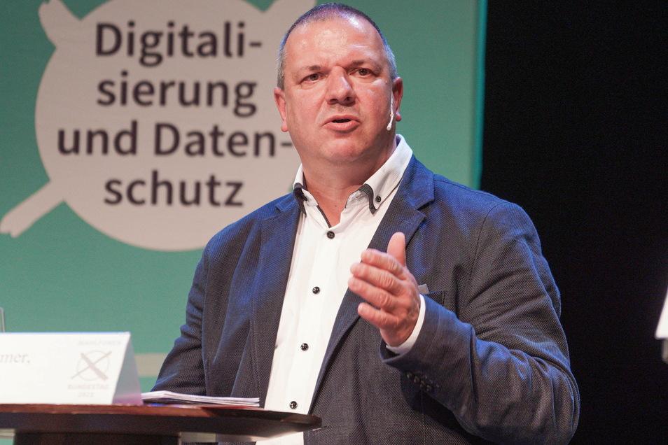 Roland Ermer tritt für die CDU an. Bei einigen Themen schlägt er einen ähnlichen Weg wie sein AfD-Kontrahent ein, widerspricht aber Corona-Leugnern vehement.