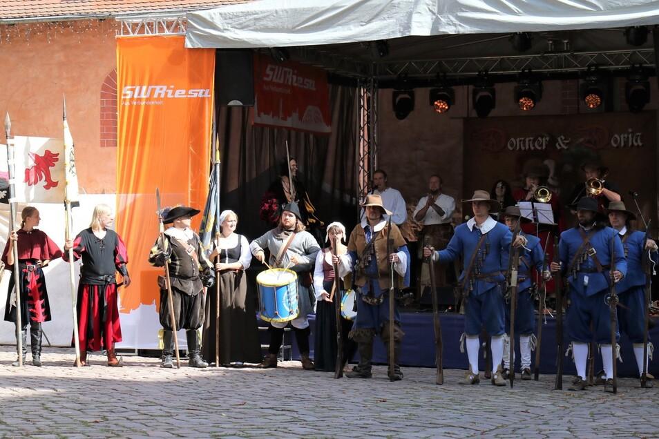 Ritter, Musketiere und fahrendes Volk eröffnen im Klosterinnenhof die Historische Meile.