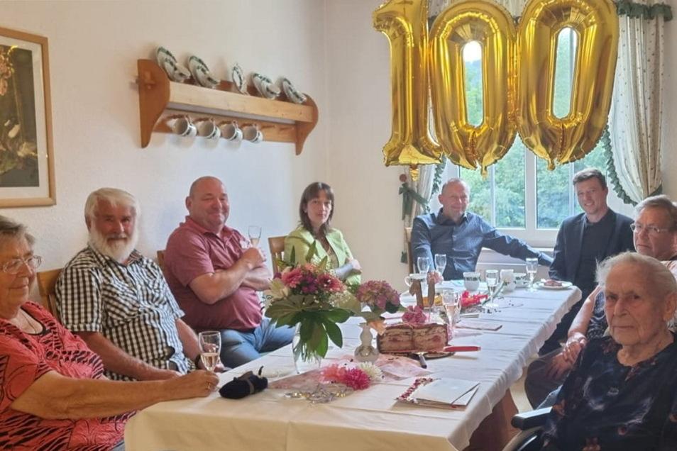 """Gerda Rögner (r.) hat im Seniorenwohnheim """"J.J. Kaendler"""" ihren 100. Geburtstag gefeiert. Unter den Gratulanten war auch Bürgermeister Markus Renner (3.v.r.)."""