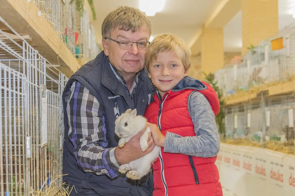 Vereinsmitglied und Züchter Hans-Jürgen Lorenz mit seinem Enkel und einem Farbenzwerg-Kaninchen.