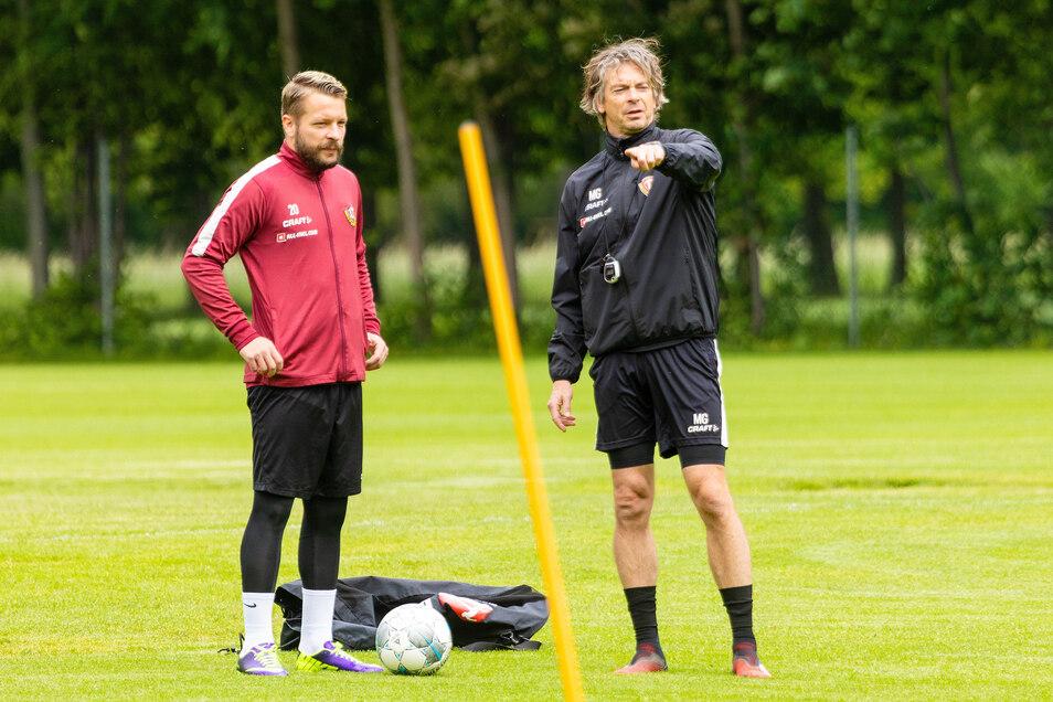 Fitnesscoach Matthias Grahé erklärt Patrick Ebert (l.) die nächste Übung. Nach 14 Tagen in häuslicher Quarantäne ist Dynamo zurück auf dem Trainingsplatz.