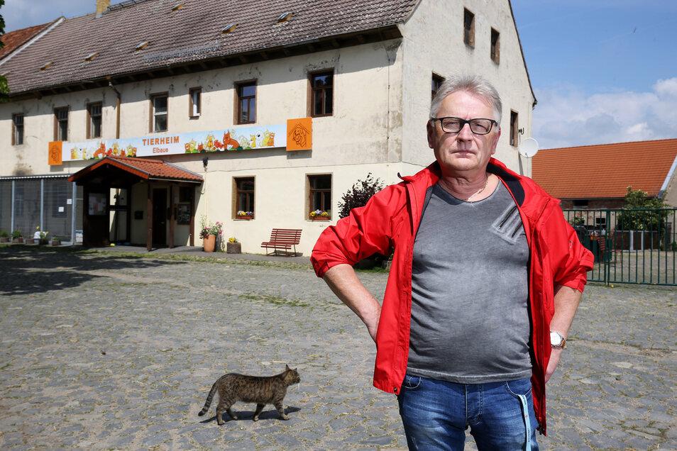 Uwe Brestel vor dem Tierheim in Riesa.