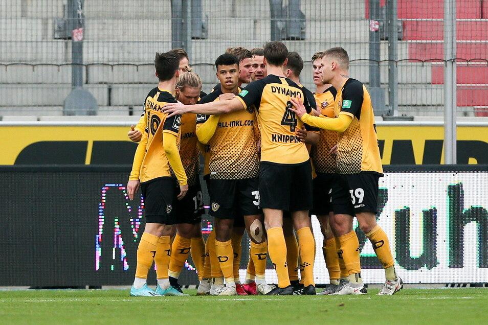 Die Mannschaft jubelt über das 1:1 durch Yannick Stark. Kurz vor der Pause dreht Dynamo die Partie durch ein Traumtor von Robin Becker.
