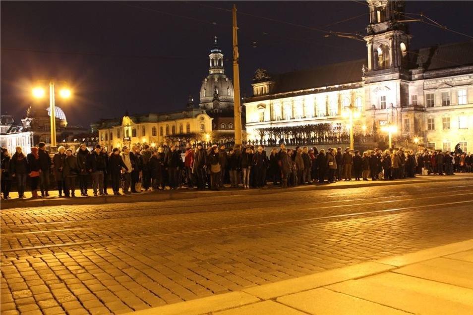 Um 18 Uhr schloss sich dann die Menschenkette um Dresdens Innenstadt.