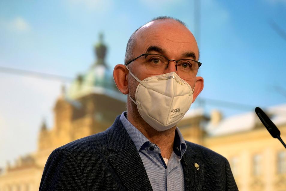 Gesundheitsminister Jan Blatný spricht auf einer Pressekonferenz nach dem Regierungstreffen.