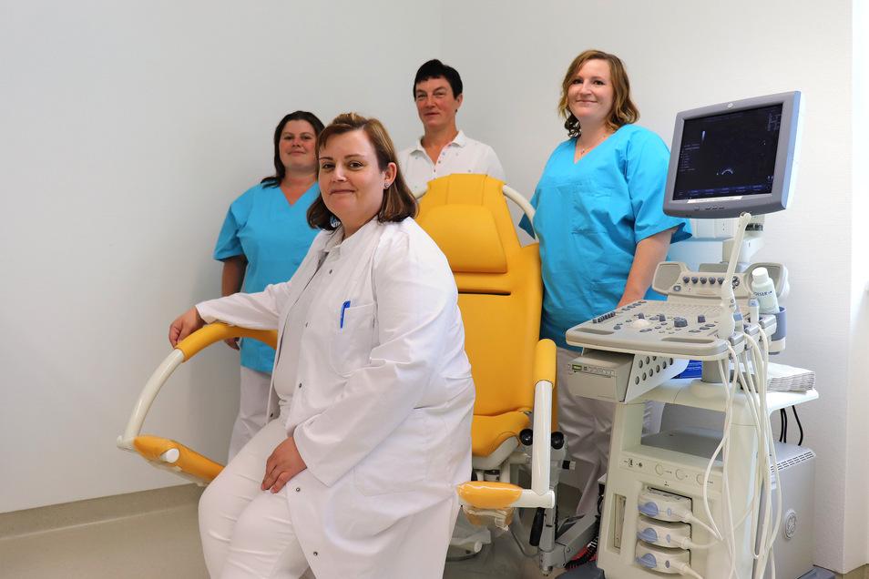 Gynäkologin Jana Ritscher (vorn) und ihr Team. Die neue Praxis ist im Kamenzer Krankenhaus entstanden. Bisher war sie auf der Oststraße.
