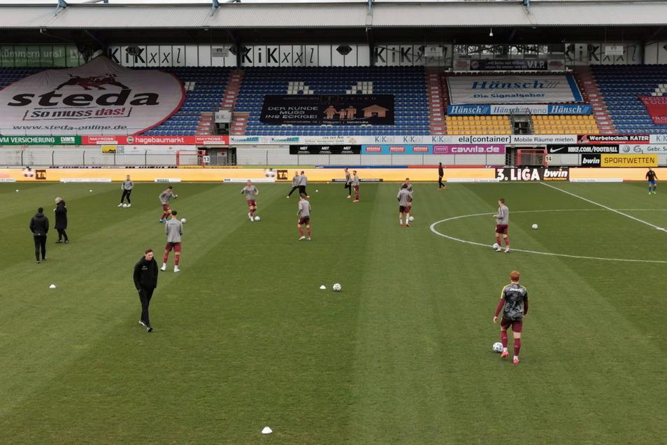 Die Spieler von Dynamo Dresden machen sich warm. In 30 Minuten ist Anstoß in Meppen.