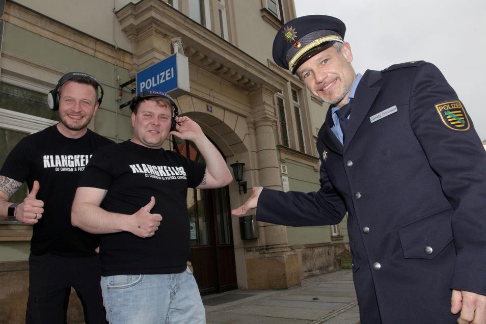 Legen im Pirnaer Polizeirevier auf: die DJs Pierre Laminar (l.) und DJ Ohrkan. Revierleiter Candy Sommer ist ihr Gastgeber.