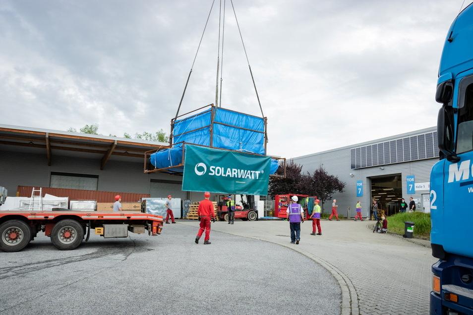 Mit mobilen Kränen wurden die beiden Laminat-Maschinen in die Fertigungshallen des Solarwatt-Werks in Dresden-Klotzsche gehoben.