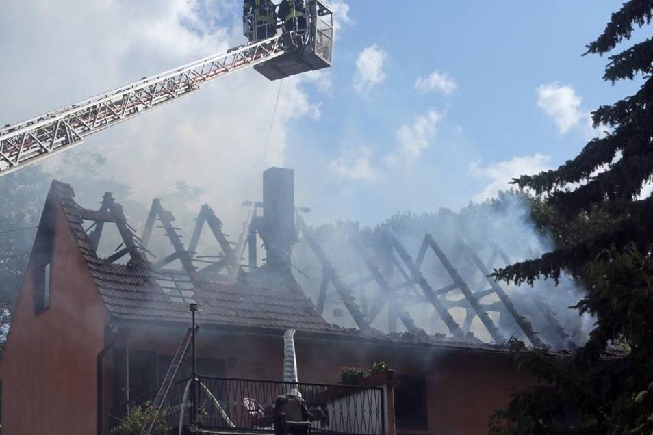 Trotz des schnellen Einsatzes der Freitaler Feuerwehrleute brannten Dachstuhl und Obergeschoss vollständig aus.