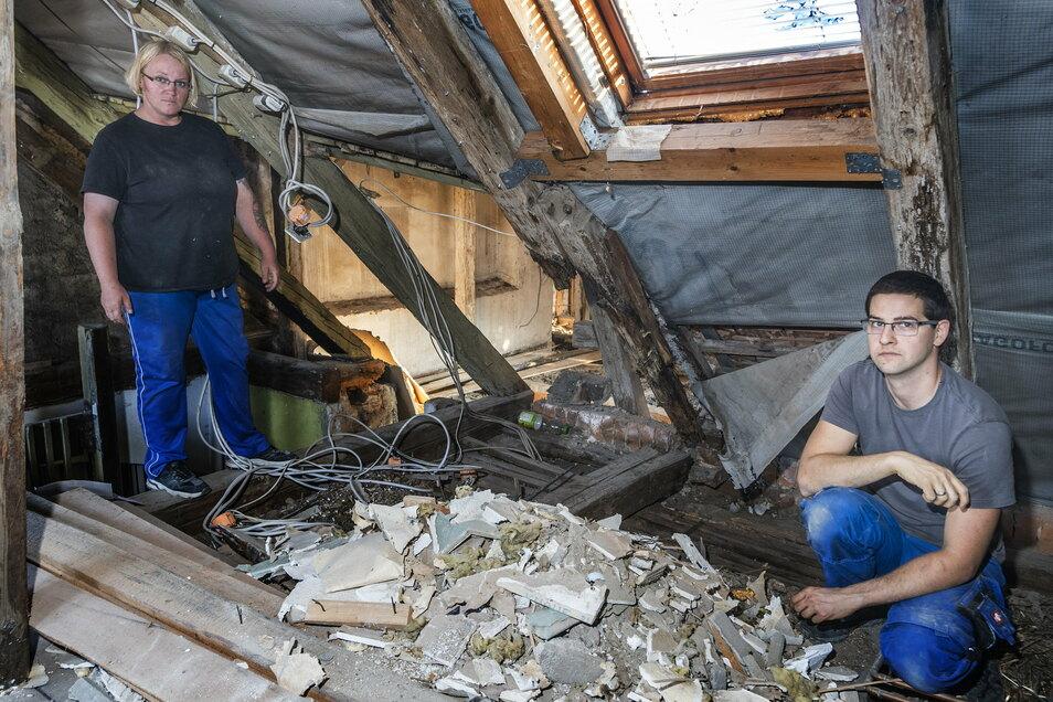 So sah es an gleicher Stelle Anfang September 2020 aus: Marcel Rosenfeld (r.) und seine Schwägerin Daniela Lange vor den kaputten Balken im Dachgeschoss. Der Zustand war erst zutage getreten, als die Familie nach dem Hauskauf die Holzverkleidung entfernt hatte.