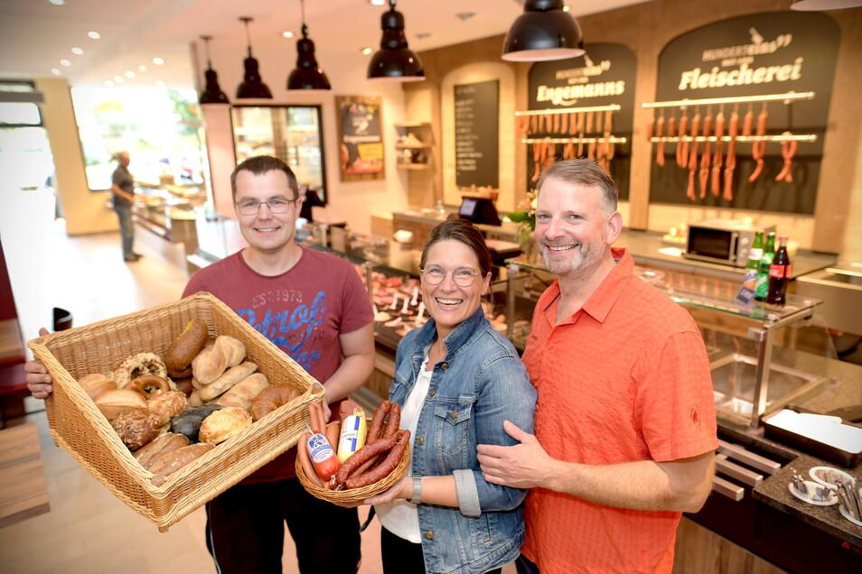 Die Bäckerei Drechsel und die Fleischerei Engemann verkaufen ihre Waren jetzt im Zittauer Norma-Markt in modernisierten Filialen. Rosemarie und Henry Engemann (Mitte und rechts) sowie Jörg Schütze freuen sich darüber.