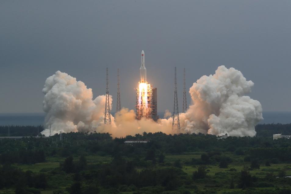 """Die Rakete vom Typ """"Langer Marsch 5B"""" hatte am 29. April das 22 Tonnen schwere Modul """"Tianhe"""" (Himmlische Harmonie) ins All gebracht, das den Hauptteil der chinesischen Raumstation bilden soll."""