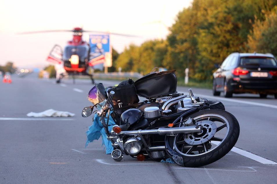 Aus noch ungeklärter Ursache verlor der Motorradfahrer die Kontrolle über seine Maschine.
