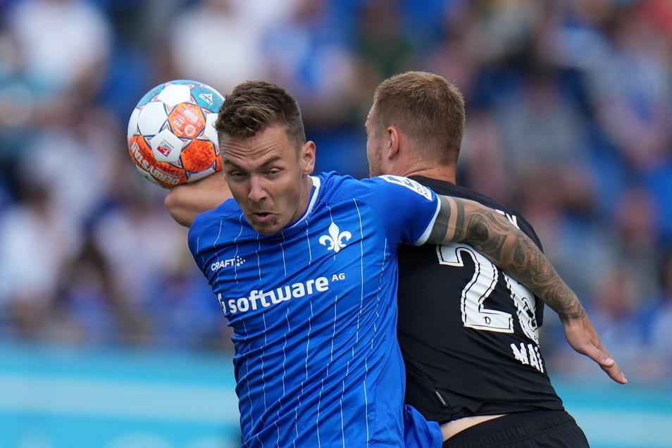 Sebastian Mai verliert das Kopfballduell gegen Darmstadts Phillip Tietz.