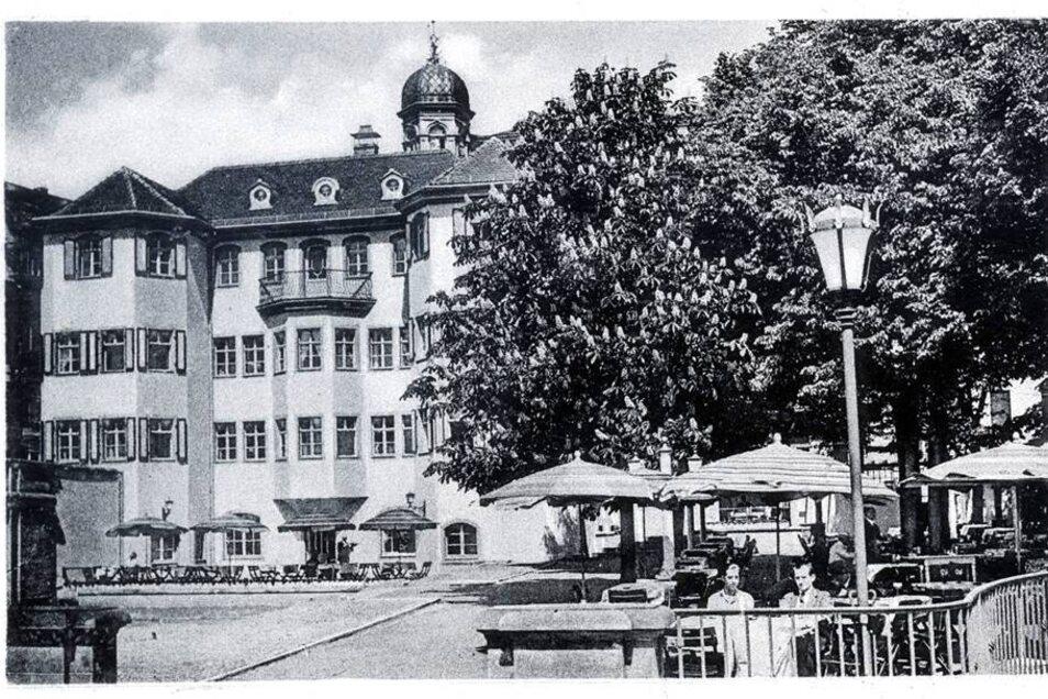Das Gebäude mit den zwei angedeuteten Rundtürmen wurde 1755 an der Augustusbrücke gebaut. Erbauen ließ es Joseph Fröhlich, der Hofnarr Augusts des Starken.
