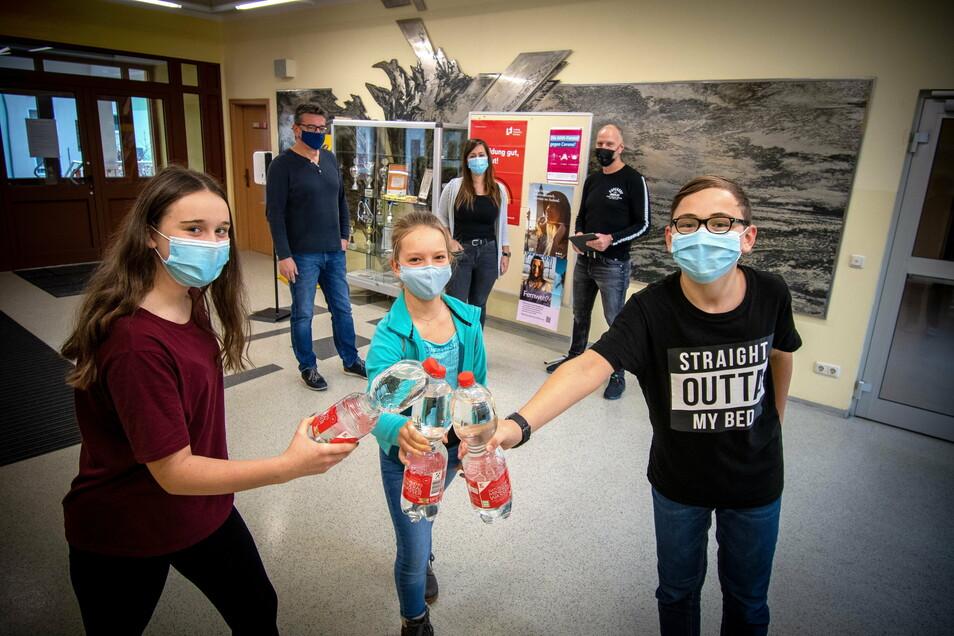 Noch bringen Amy, Jasmin und Dario (von links) ihre eigenen Wasserflaschen mit in die Waldheimer Oberschule. Bald soll es dort im Foyer frisches Wasser aus einem Trinkbrunnen geben.