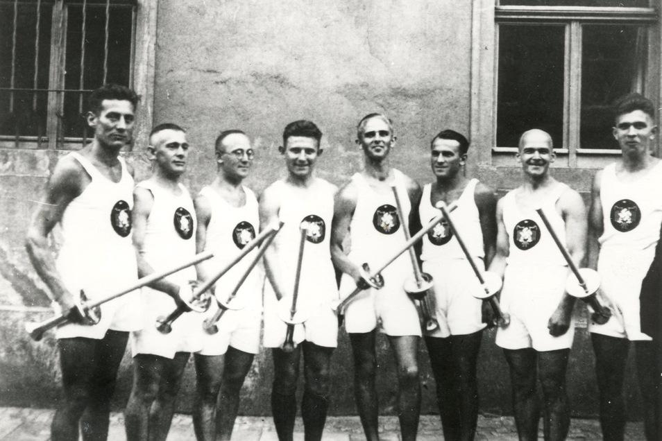 Ein Foto, das Geschichte schreibt: Im Jahr 1936 erreichten die olympischen Fackelträger die Stadt Großenhain. Die Sportler des Turnvereins beteiligten sich daran.