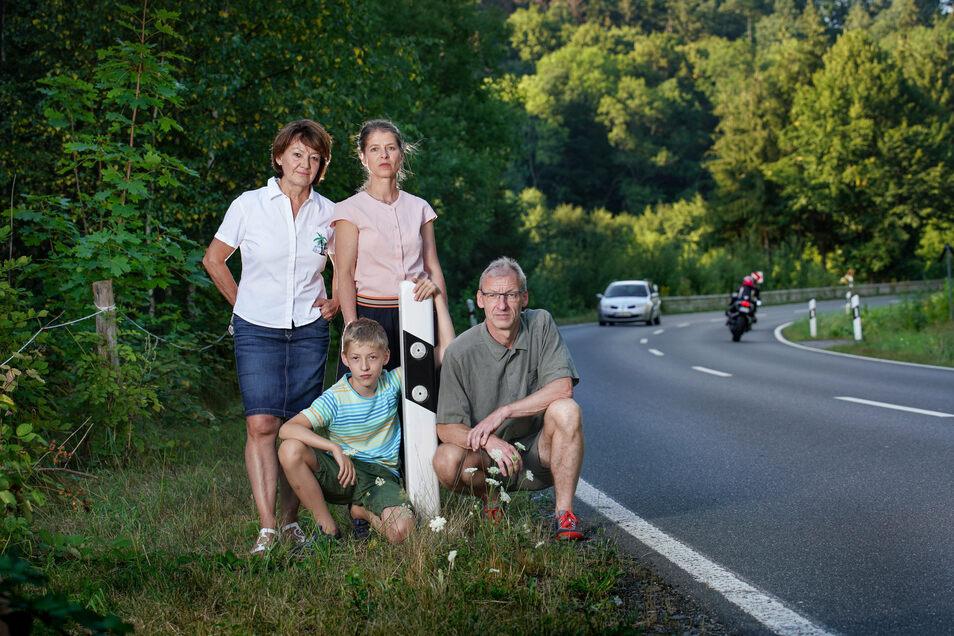 Bärbel Lehmann (l.) hat eine Bürgerinitiative gegen Motorradlärm im Müglitztal gegründet. Auch Maik Sebald (r.) und Susanne Schneider (M.) aus Dresden sind der Gruppe beigetreten.