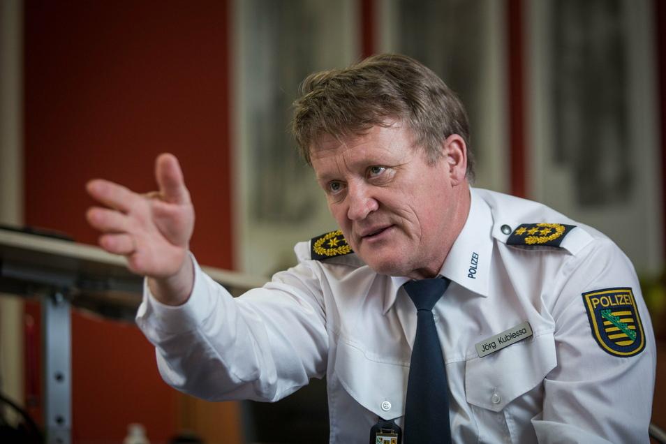 Die Vorbereitung von Versammlungen ist wegen Corona viel arbeitsaufwendiger geworden, sagt der Dresdner Polizeipräsident Jörg Kubiessa.