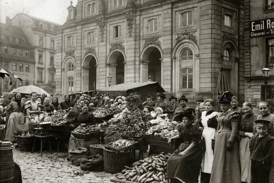 Neustädter Markt, um 1900 Alltagsszenen: Auf dem dicht umbauten Neustädter Markt, vor dem Blockhaus, präsentierten um 1900 Gemüsestände ihr üppiges Angebot. Das Blockhaus steht heute weitgehend frei.