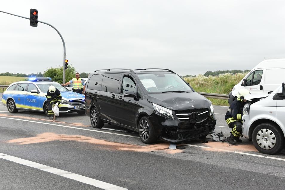Ein vor der Polizei flüchtender Mercedes ist auf der B169 bei Döbeln mit einem VW zusammengekracht.