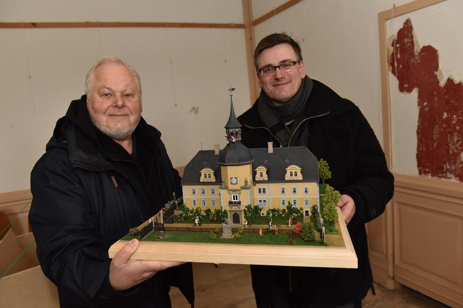 Konstantin Hermann, Besitzer von Schloss Naundorf bei Schmiedeberg, (re.), bekommt von Rainer Dierchen aus Heidenau ein selbst gebautes Modell des Schlosses geschenkt.