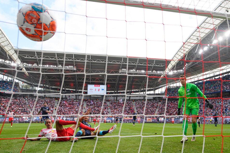 Leipzigs Yussuf Poulsen (r) schießt gegen Herthas Niklas Stark (M) und Torwart Alexander Schwolow das Tor zum 2.0.