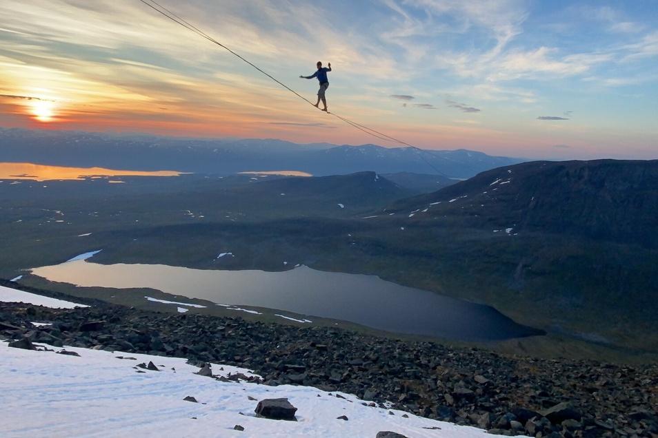 In Schweden hat der Sachse einen neuen Weltrekord aufgestellt. Er lief über das längste Seil der Welt, zwei Tage hat der Aufbau dafür gebraucht.