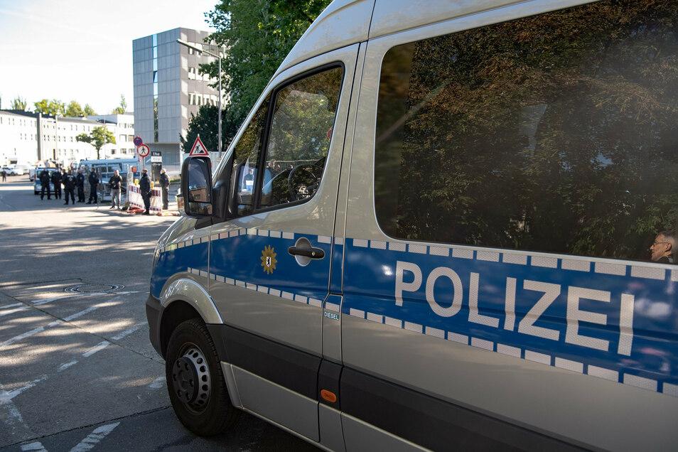 Auch bei der Polizei in Berlin haben Journalisten eine rechtsextremistische Chatgruppe gefunden.